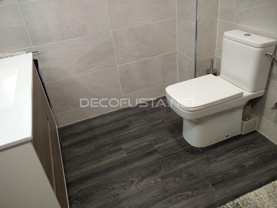 Acabado de parquet en un baño