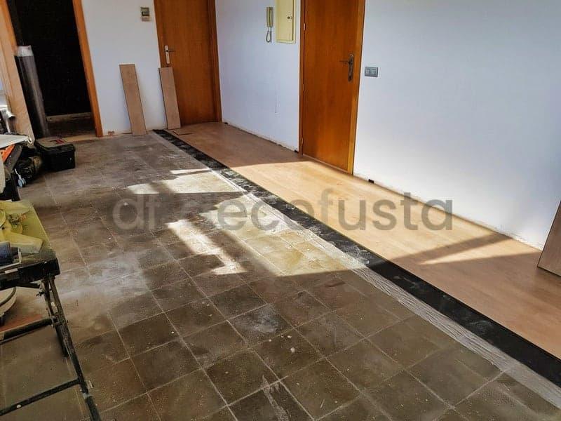 instalando el nuevo suelo laminado en esta oficina