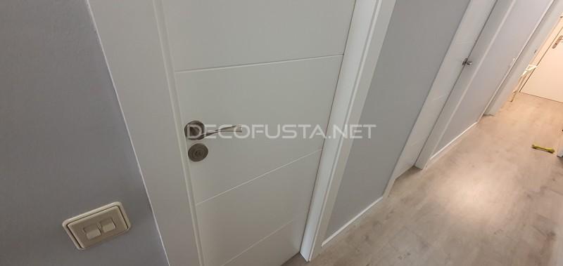 El suelo gris Taupe de Finfloor combina perfectamente con estas puertas lacadas