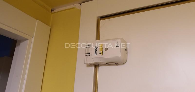 Puerta de entrada plafonada lacada y montaje de sistema de seguridad Remote lockey