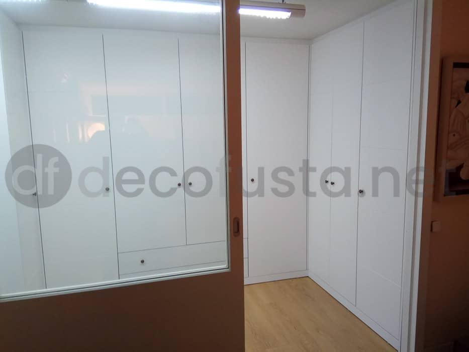 armario de puertas con ranuras lacado