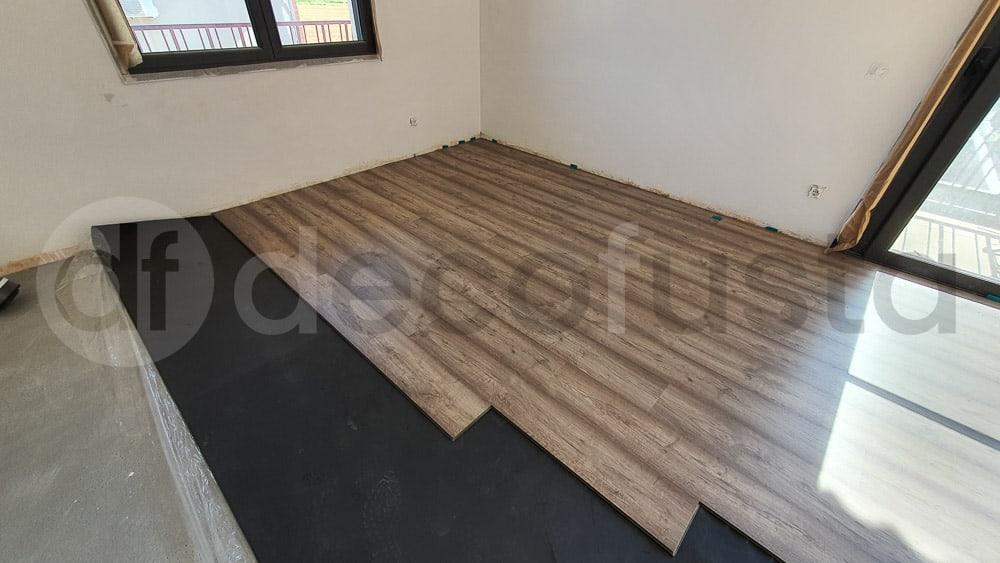 Comenzando la instalación de este suelo laminado de la gama original