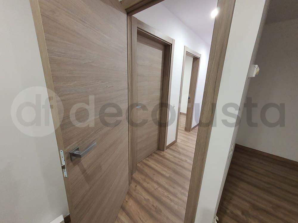 Intalando las puertas laminadas en tono gris