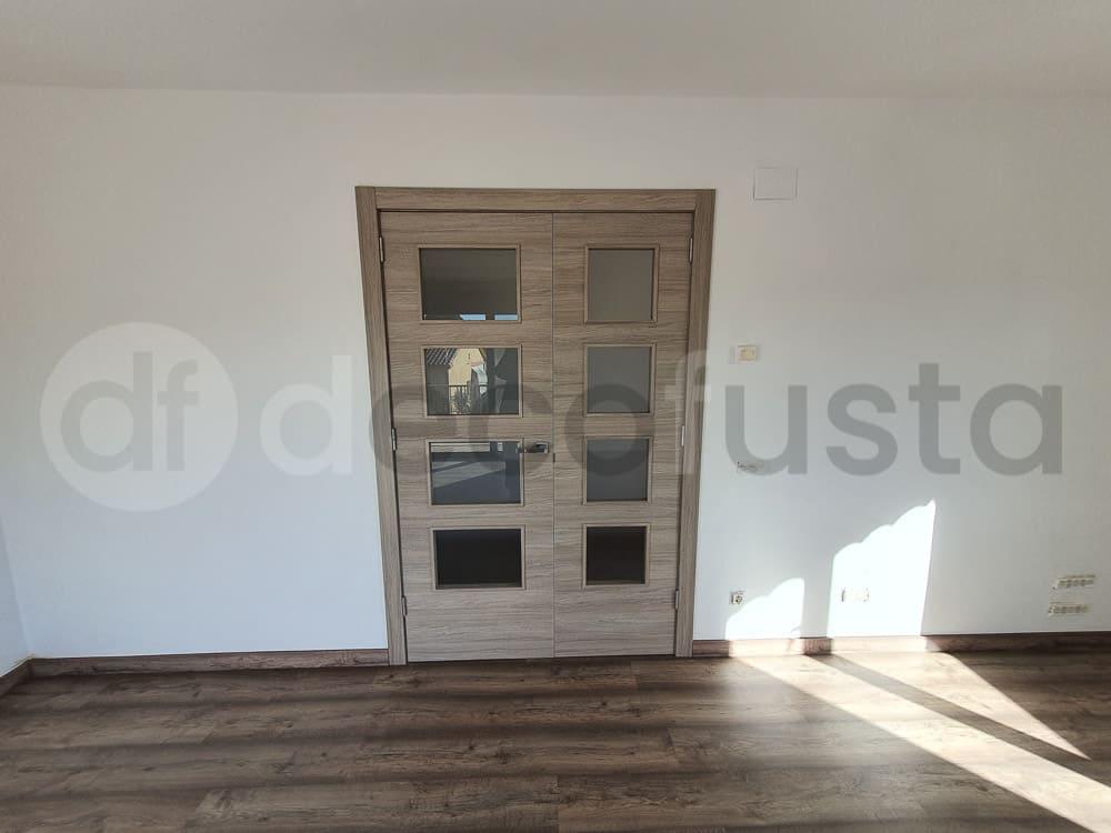 Puerta doble vidriera del gran salon con el suelo y el zocalo a juego