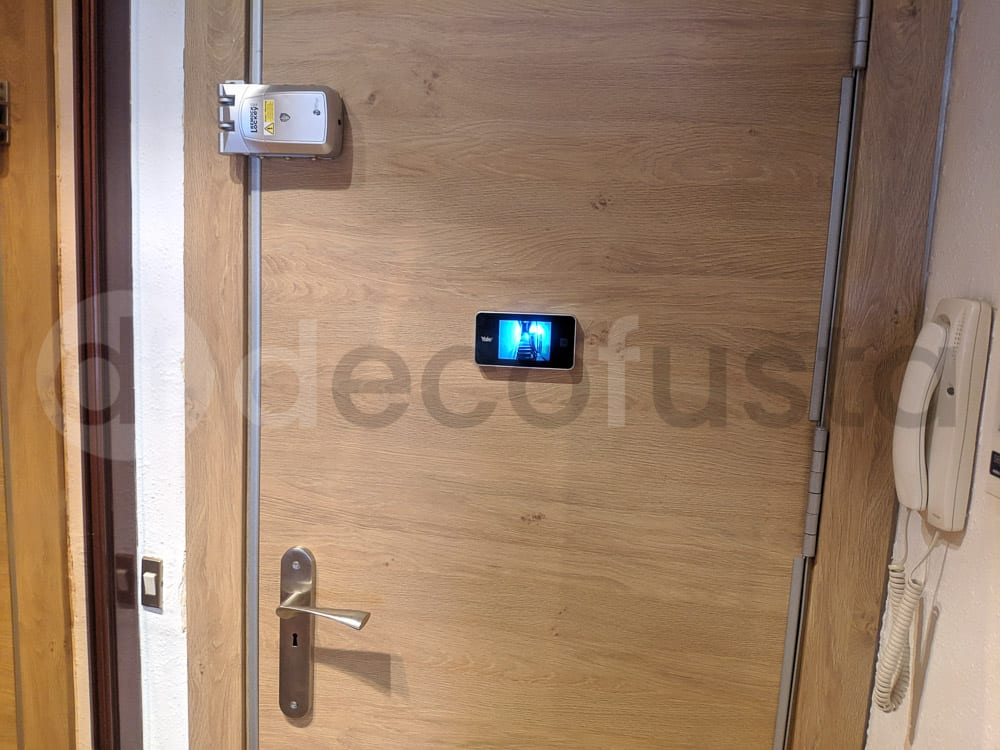 Mas seguridad en una puerta con una mirilla digital