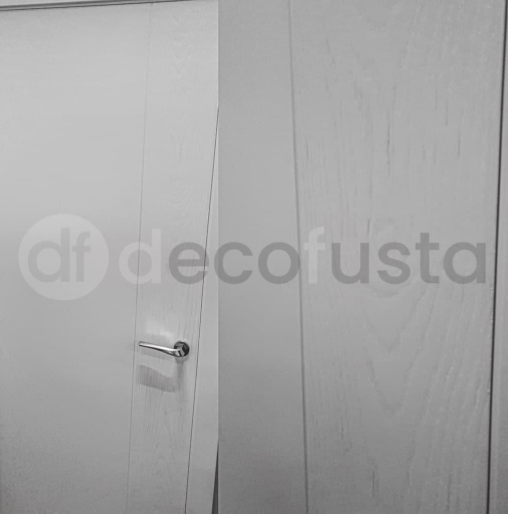 Puerta lacada que combina liso bisel vertical y textura de veta