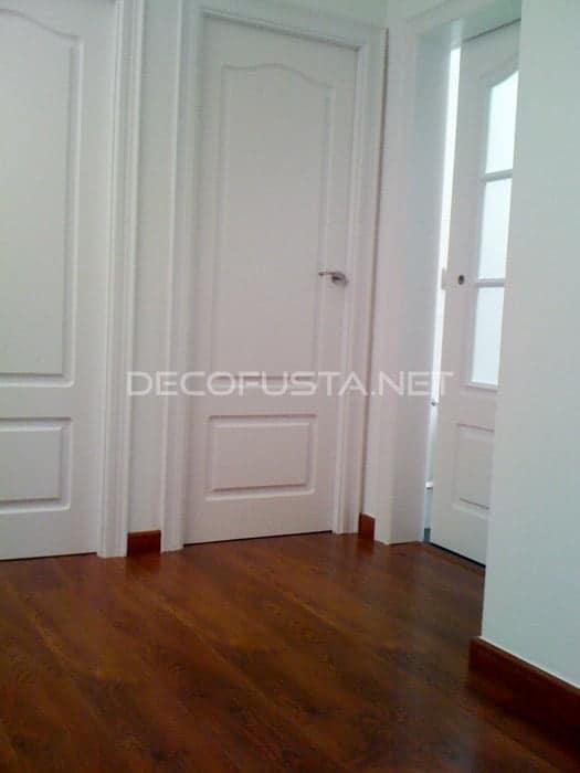 Combinación de puerta lacada clásica y parquet merbau