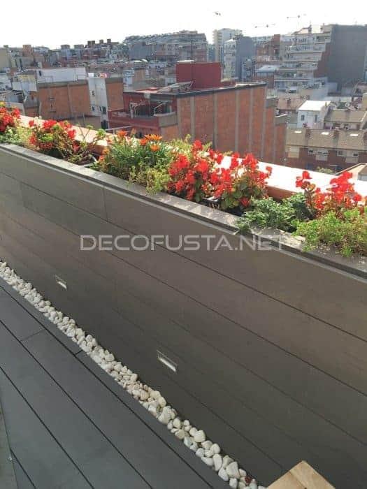 Tarima tecnologica en la pared de una terraza