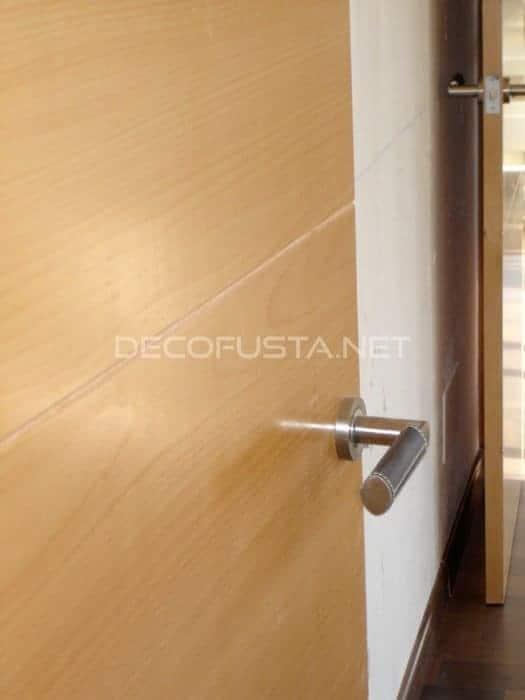 Detalle puerta con maneta en cuero negro