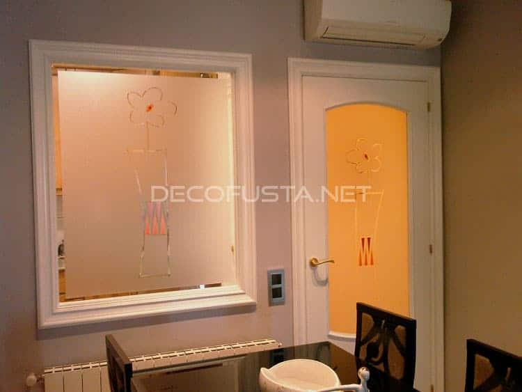 Detalle ventana y puerta iluminada