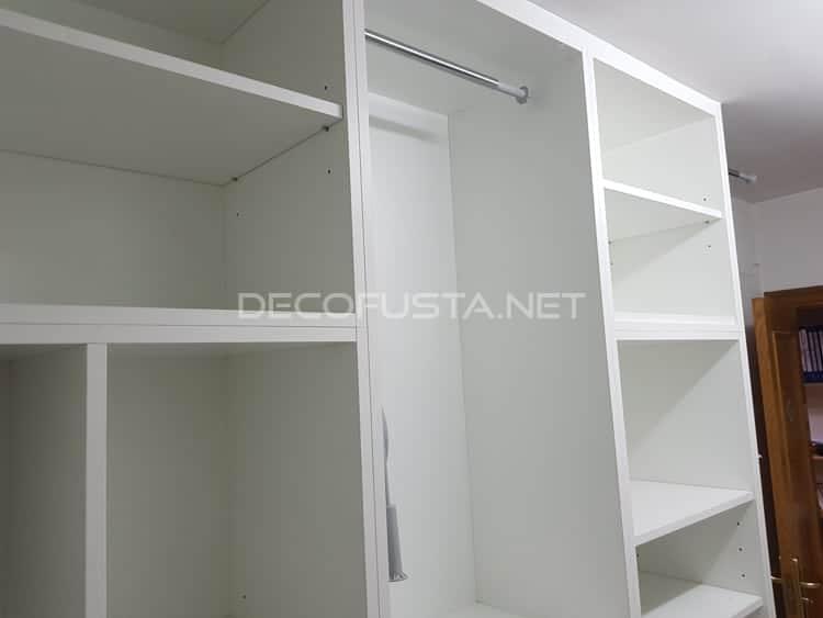 Armario auxiliar con diferentes estantes y zonas de colgar