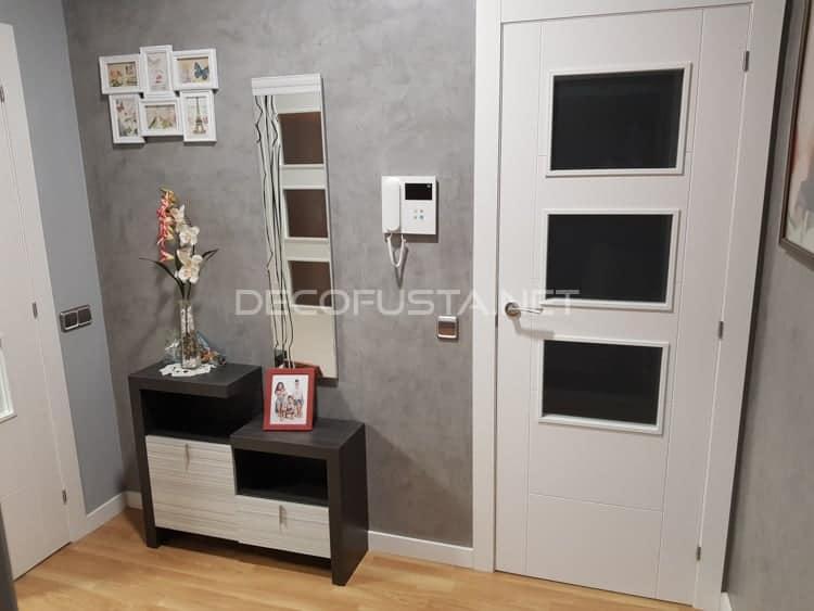 Combinación de las puertas y el suelo laminado con colores de pared grises