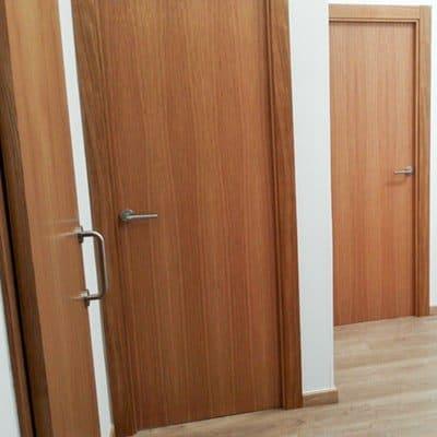 instalacion de puertas de madera barnizada