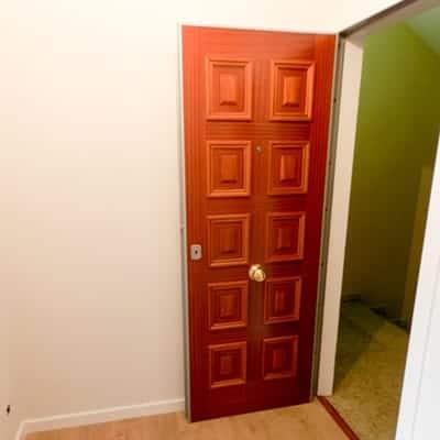 Montaje de puerta de entrada blindada