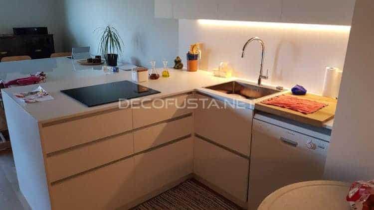 Muebles bajos con cajones en blanco mate con tirador uñero integrado en inox