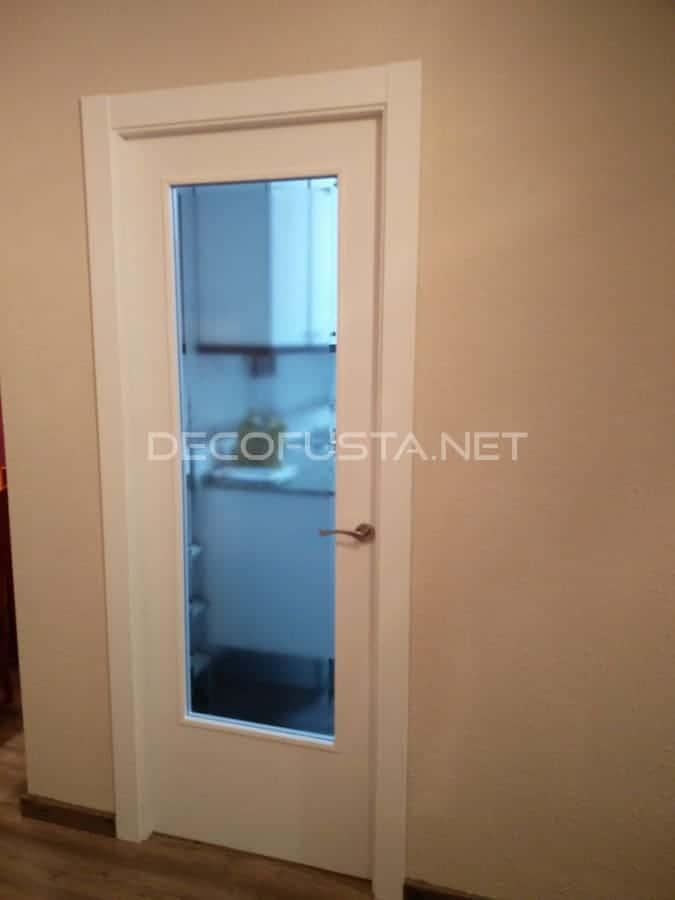 Puerta pintada y tapetas nuevas