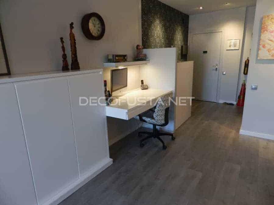 Puertas y muebles lacados combinados con suelo gris