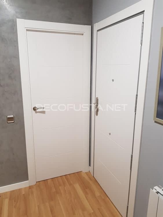 Puerta de la entrada fabricada a meddia con el modelo de lacado para el interior