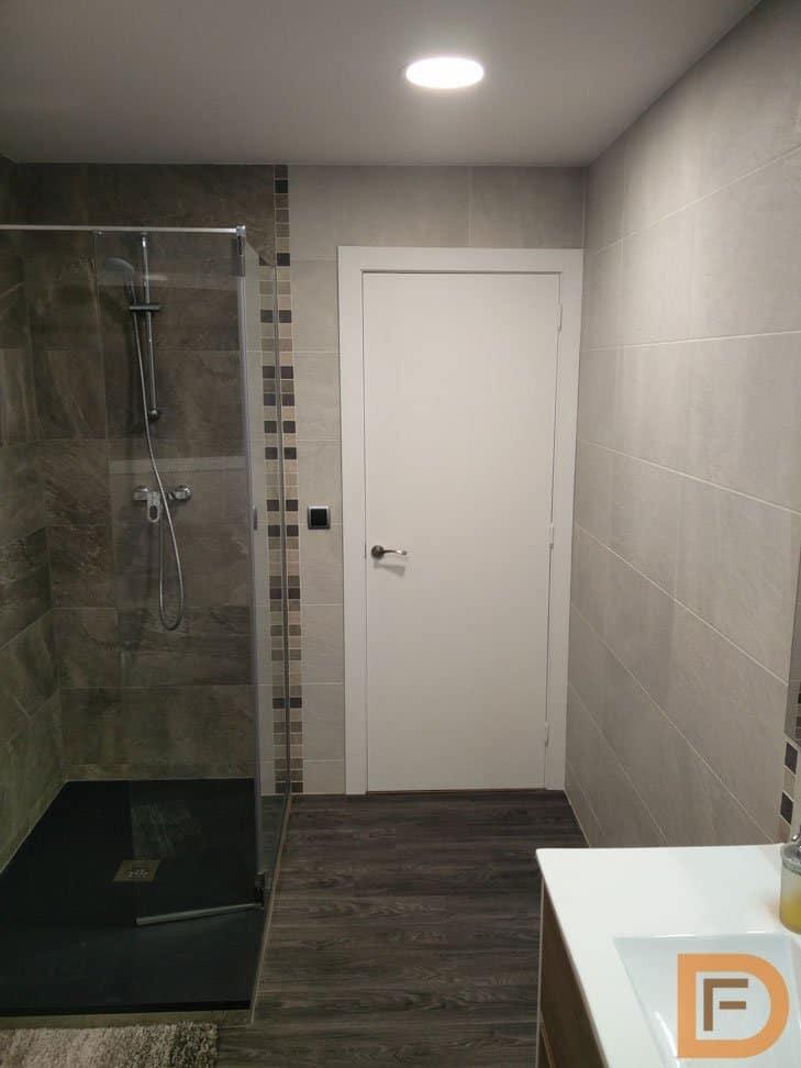 Puerta blanca pintada en baño moderno