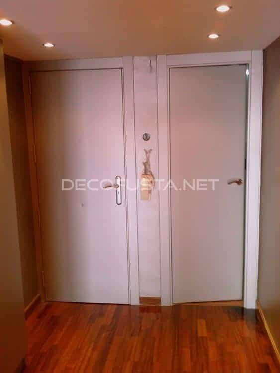 Recibidor, puerta de entrada y cocina
