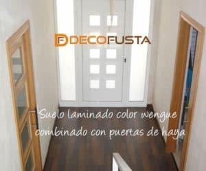 Suelo laminado color wengue combinado con puertas de haya
