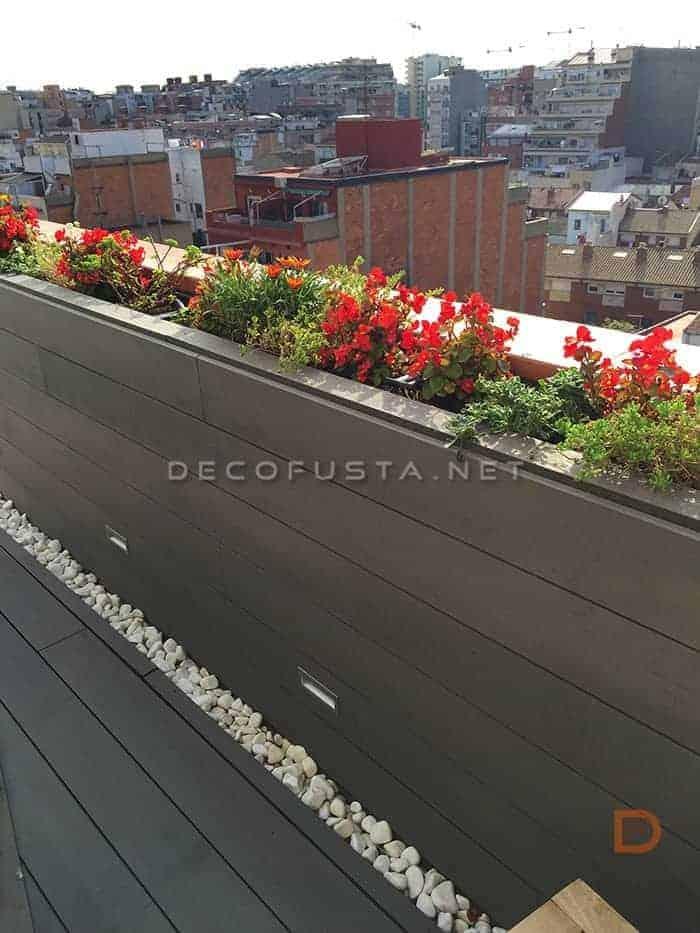 Revestimiento vertical, jardineras e insercción de luces en tarima exterior tecnológica