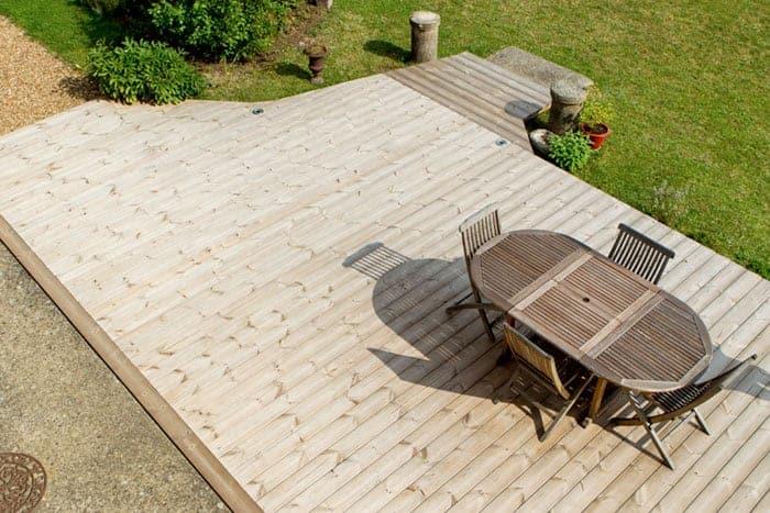Terraza con madera natural